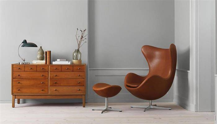Design Armchair: Egg Chair by Fritz Hansen in a brown living room