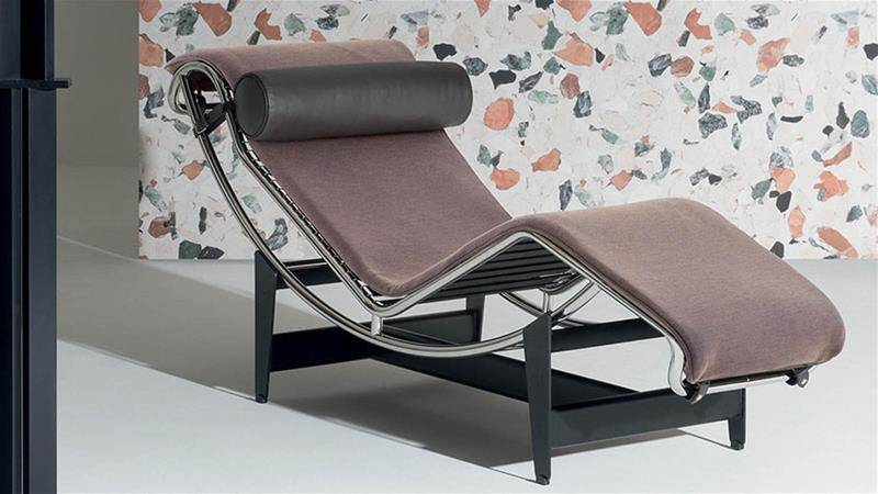 Design Armchair: chaise lounge LC4 by Cassina in a living room.